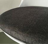 Tulip chair, volledig draaibaar met donker grijs kussen_