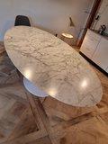 Ovale Tulip tafel met Statuario marmeren blad