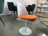 Tulip chair volledig draaibaar vel oranje kussen_