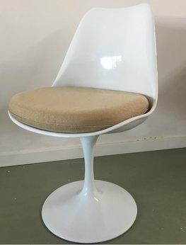 Tulip chair, volledig draaibaar met beige kussen