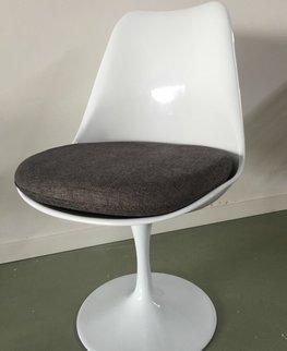 Tulip chair, volledig draaibaar met donker grijs kussen