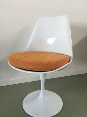 Tulip chair, volledig draaibaar oranje kussen