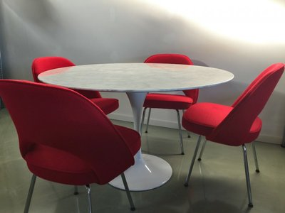 Aanbieding:  marmeren Tulip tafel + 4 Executive chairs